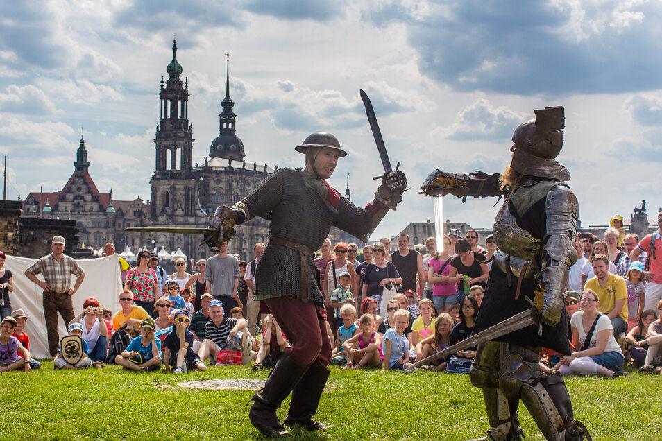 Ritterkämpfe um Ruhm und Ehre: Der Mittelaltermarkt ist vom Königsufer auf die Marienwiese gezogen.