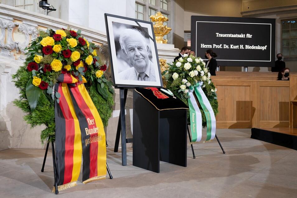Drei Wochen nach dem Tod von Kurt Biedenkopf nimmt Sachsen offiziell Abschied von seinem ersten Ministerpräsidenten nach der Wiedergründung des Freistaates 1990.