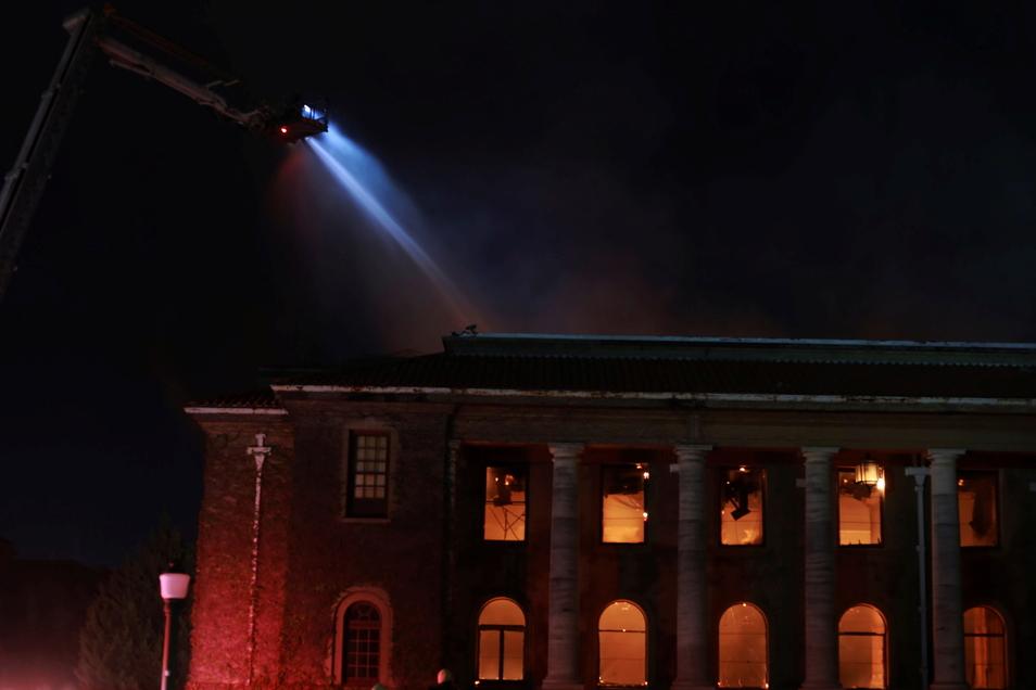 Feuerwehrleute löschen die Flammen in der Jagger-Bibliothek an der Universität von Kapstadt.