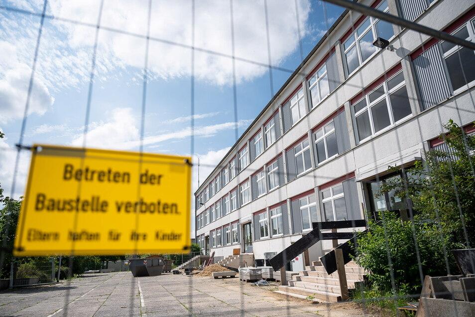 Die Grundschule Königshufen ist eine Baustelle. Ein Teil der Eingangstreppen ist bereits neu errichtet worden.