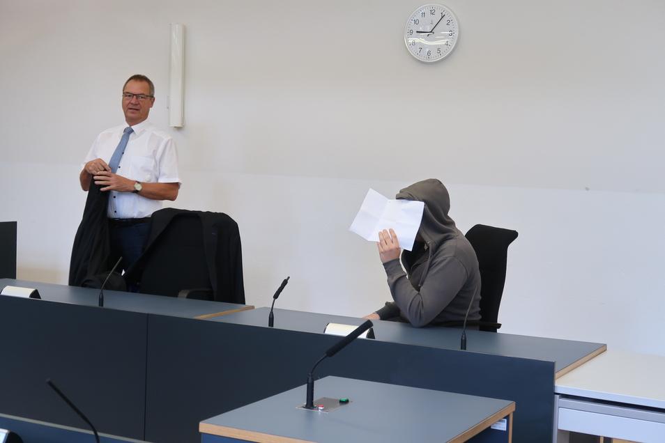 Marek W., hier mit seinem Verteidiger Jürgen Saupe (l.), schweigt zu den Vorwürfen. Er steht vor dem Landgericht Dresden, weil er 2017 seinen erst knapp vier Monate alten Sohn geschlagen haben soll.