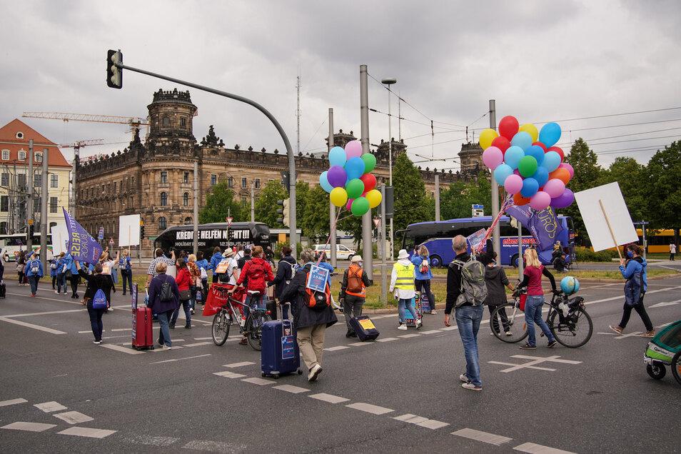 Auch mit bunten Luftballons machten die Demonstranten auf sich aufmerksam.
