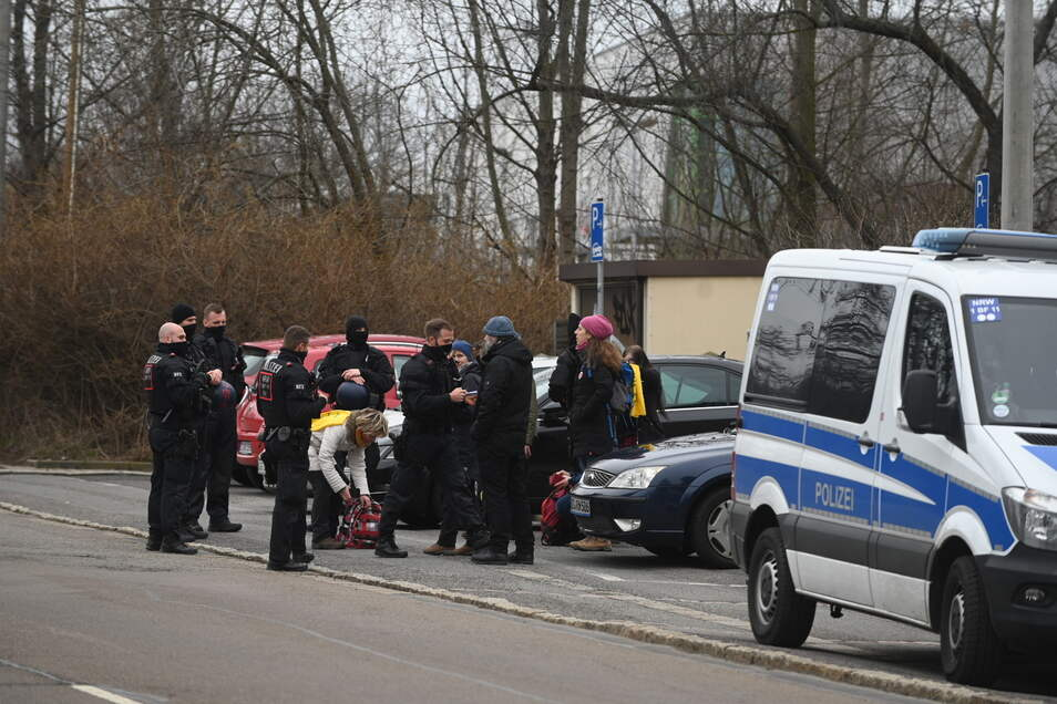 Die Polizei kontrolliert an der Kesselsdorfer Straße.