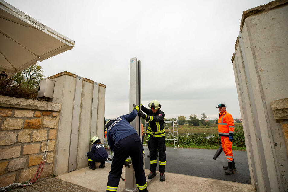 Jährlich wird die Hochwasschutzmauer in Heidenau getestet. Dann wird die Mauer geschlossen. Bisher hat sie den Test immer bestanden.