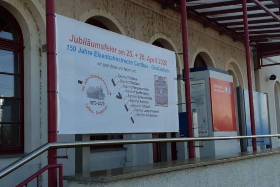 Die Jubiläumsfeier, wie hier am Cottbuser Bahnhof angekündigt, wird auf den Tag des offenen Denkmals verlegt.