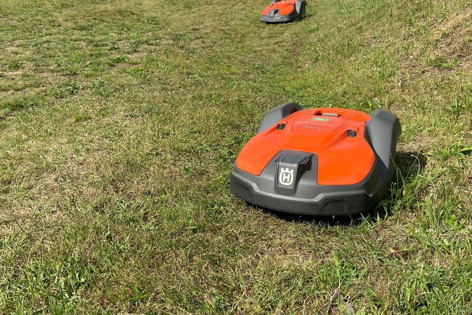 Da waren sie auf dem Rasenplatz des SV Aufbau Kodersdorf noch im Einsatz: die am 14. September geklauten Mähroboter, die laut GPS-Signal inzwischen in Polen gelandet sind.