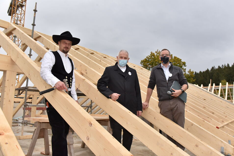 Beim Richtfest im vergangenen Herbst stehen hier Zimmermann Marcel Lohs, Bischof Heinrich Timmerevers und Hausleiter Stephan Schubert (v.l.) auf dem Dach.