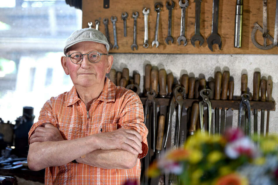 Arnd Ressel (81) in seiner Werkstatt.