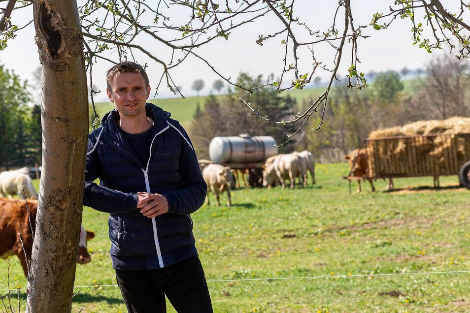 Stephan Claus, Chef der PLD, muss seine Kühe zusätzlich füttern. Auf der Weide in Röthenbach wächst bisher nicht genug.