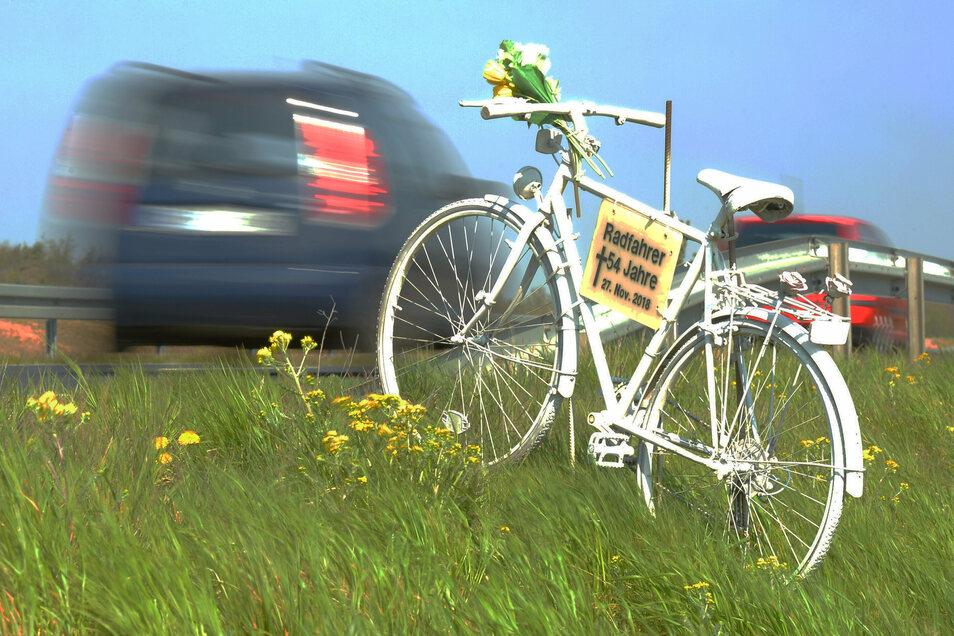 Das weiße Fahrrad zum Gedenken an den im November 2018 tödlich verunglückten Radfahrer auf der Staatsstrasse 81 zwischen Friedewald und Auer.