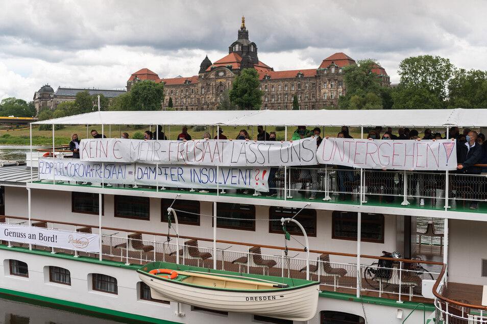 """Die Mitarbeiter der Flotte sind in Sorge. Sie fürchten die Insolvenz des Unternehmens und machten das mit Spruchbändern am Dampfer """"Dresden"""" deutlich."""