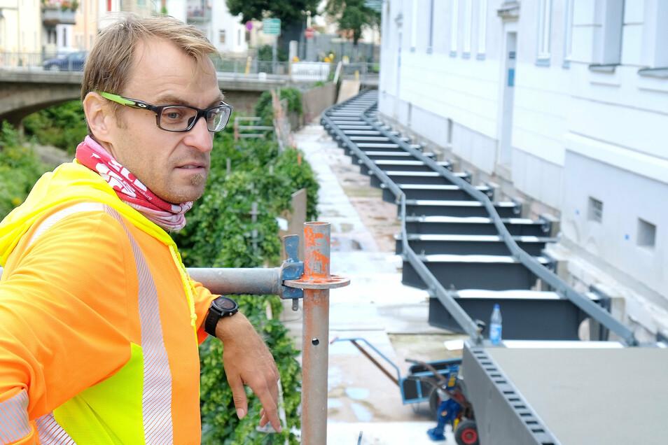 Bauüberwacher Michael Grahl informiert über den aktuellen Baufortschritt des Projekts.
