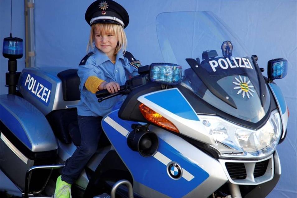 Am Polizei-Stand können Kinder Fotos machen.