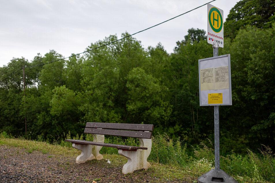 Nachdem sich SZ-Leserin Petra Reichelt an die Sächsische Zeitung gewandt hat, stellte die Stadt Dippoldiswalde nun eine Sitzbank an dieser Bushaltestelle in Reichstädt auf.