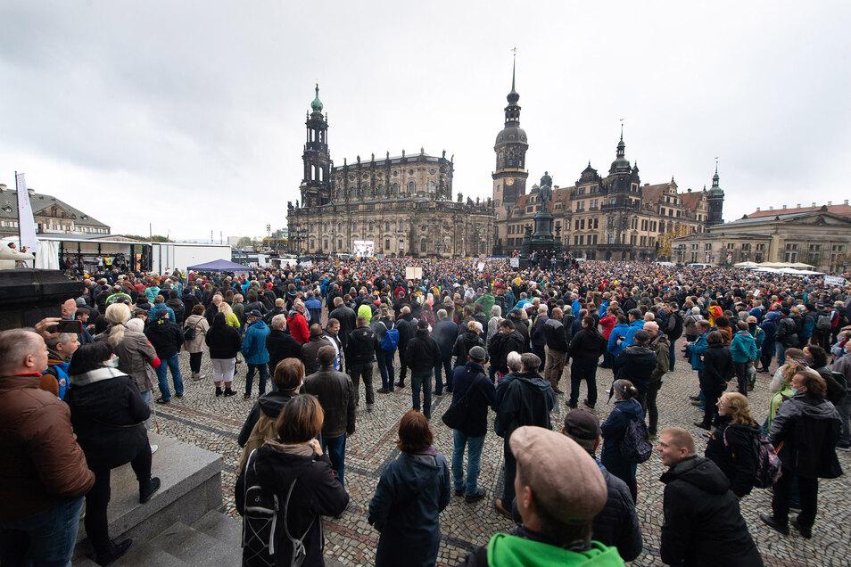 Am Samstag protestierten Tausende vor der Dresdner Semperoper