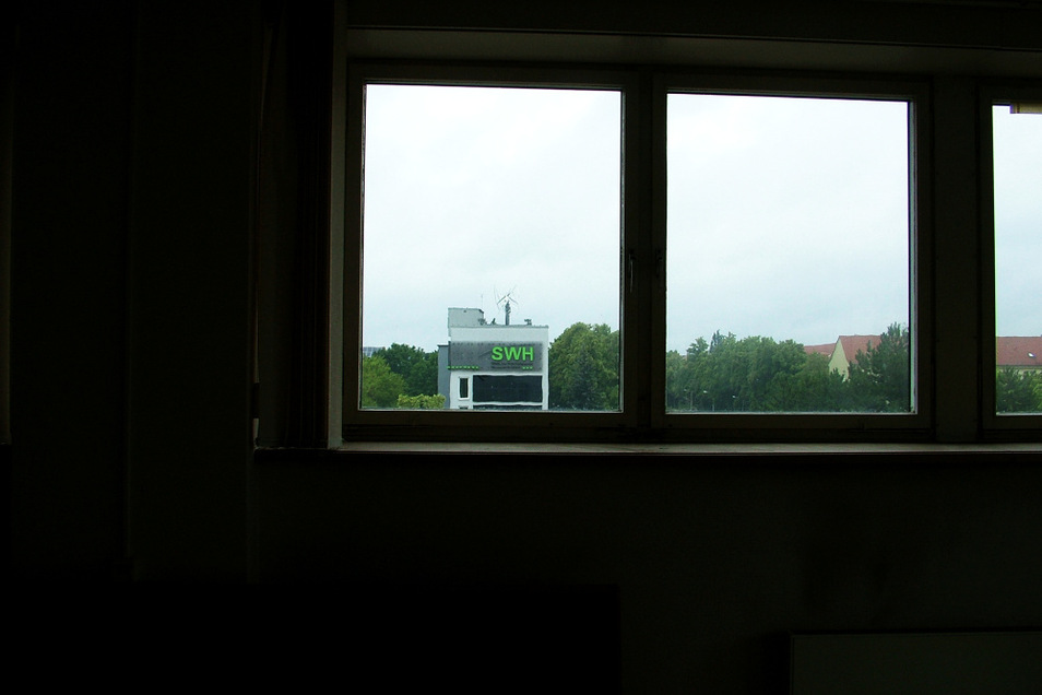 Aus einem Fenster des obersten Geschosses, das auch den Verwaltungstrakt beherbergte, ist gen Westen das SWH-Gebäude sichtbar.