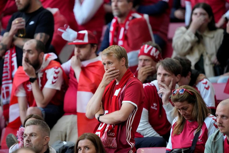 Der dänische Spieler Christian Eriksen musste im EM-Spiel gegen Finnland nach einem Zusammenbruch auf dem Feld reanimiert werden. Fans im Stadion waren schockiert.