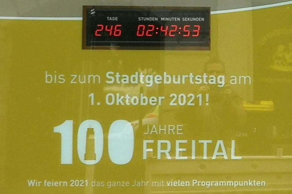 Die Countdown-Uhr hängt im Schaufenster neben dem Rathaus in Freital-Potschappel. Das Foto entstand am 28. Januar.