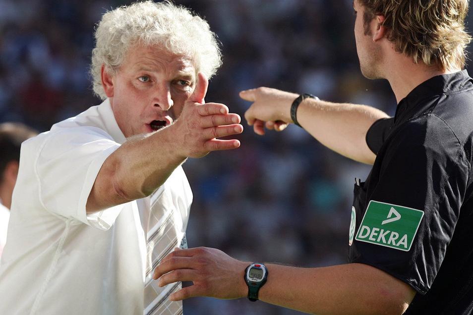 HSV-Trainer Klaus Toppmöller (l.) schimpft auf Schiedsrichter Robert Hoyzer.