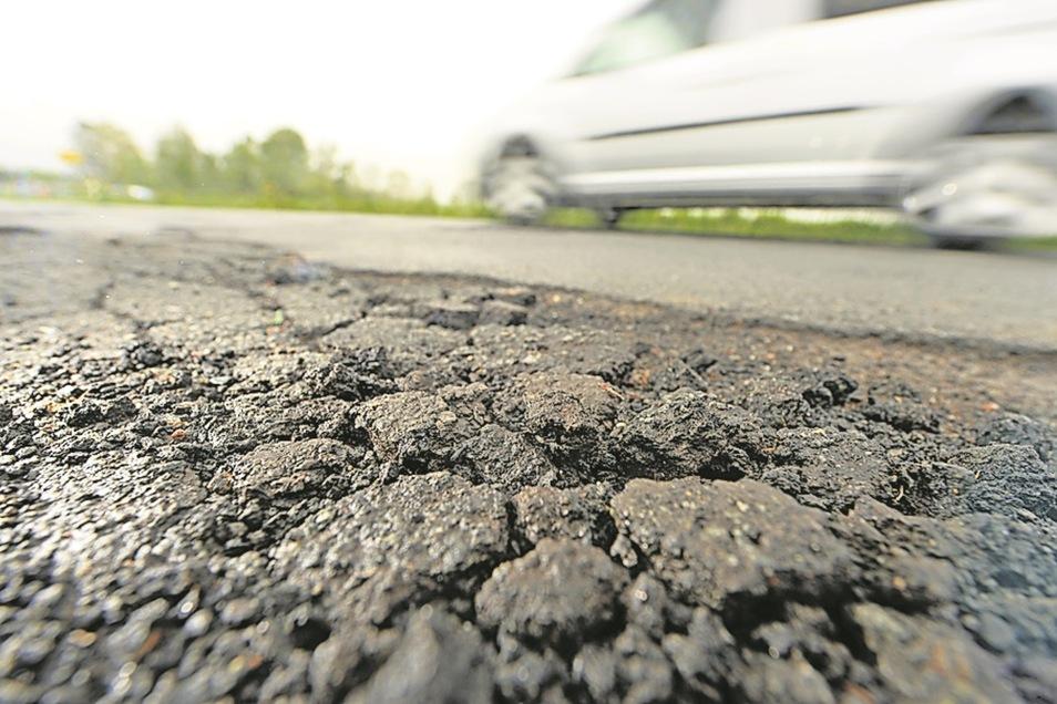Die Straße von Dorf Wehlen nach Lohmen müsste saniert werden.