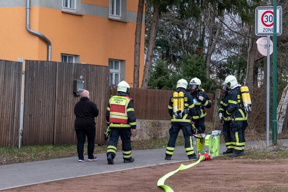 Insgesamt 25 Kameraden der Döbelner und Ebersbacher Feuerwehr gingen dem Gasgeruch in Neudorf auf den Grund.
