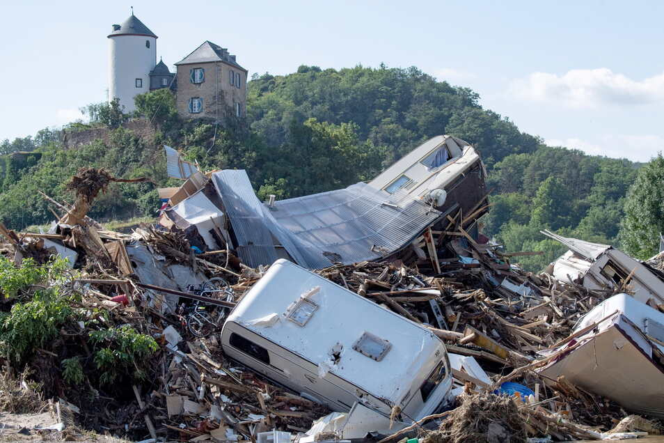 Dutzende Wohnwagen, Autos und Wohnmobile die von der Flutwelle mitgerissen wurden hängen zusammengequetscht an einer Ahrbrücke in Altenahr.