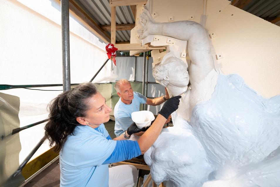 Unter schützenden Planen sichern die Restauratoren Susanna Sbaraglia und André Zehrfeld derzeit die Formen dieser Marmorskulptur im Großen Garten. So wird es möglich, dass später eine originalgetreue Gipskopie in der Werkstatt hergestellt wird.