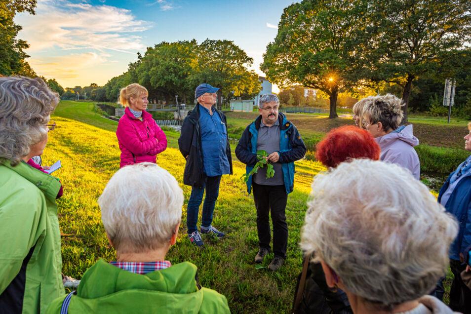 Die Teilnehmer des Ökologischen Stadtrundganges folgen den Worten von Thomas Sobczyk, wollen einige Aspekte in ihr eigenes Tun einfließen lassen.