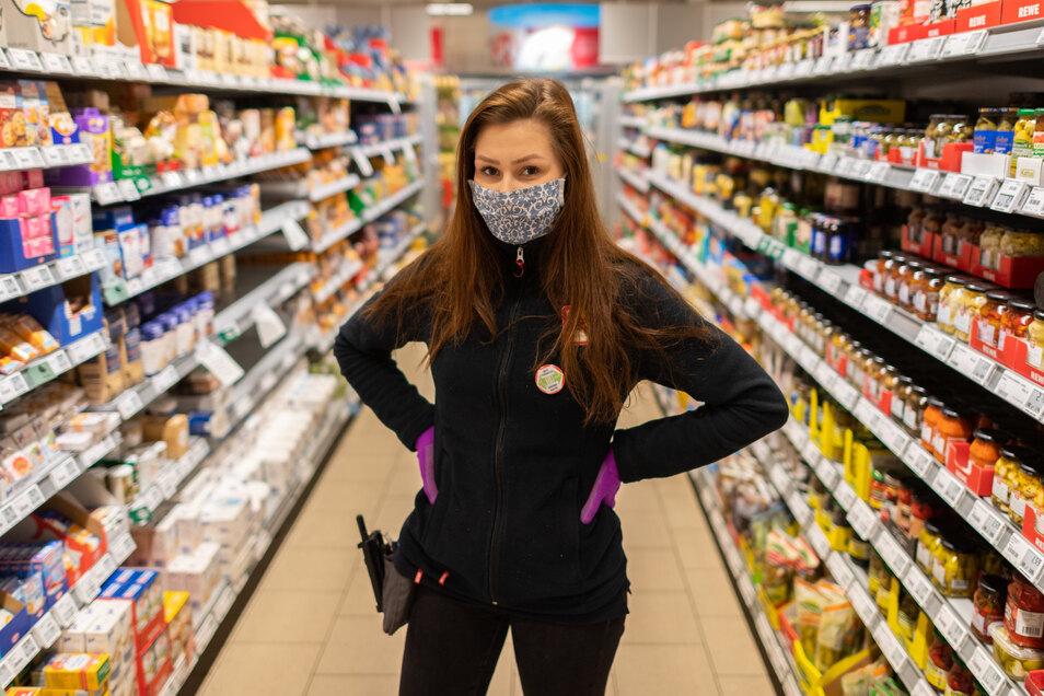 Ab heute gilt in Sachsen die Maskenpflicht in Geschäften sowie in Bussen und Bahnen. Selina Schmidt, Dresdner Auszubildende zur Einzelhandelskauffrau im dritten Lehrjahr, zeigt schon mal, dass Maskentragen nicht schwer ist.