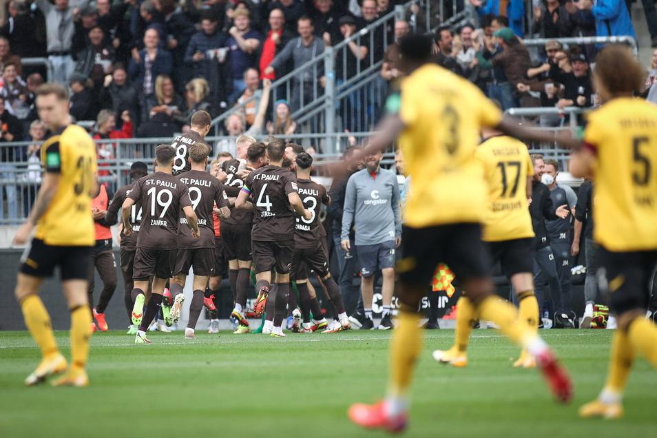 Nach 57 Sekunden feiern St. Paulis Spieler das Tor von Christopher Buchtmann zum 1:0.