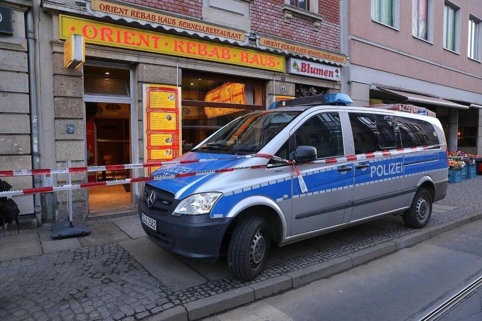 Am Schillerplatz hat am Dienstagnachmittag ein Unbekannter eine brennende Flasche in einen Dönerimbiss geworfen. Die Polizei hat am Donnerstag einen Verdächtigen festgenommen.