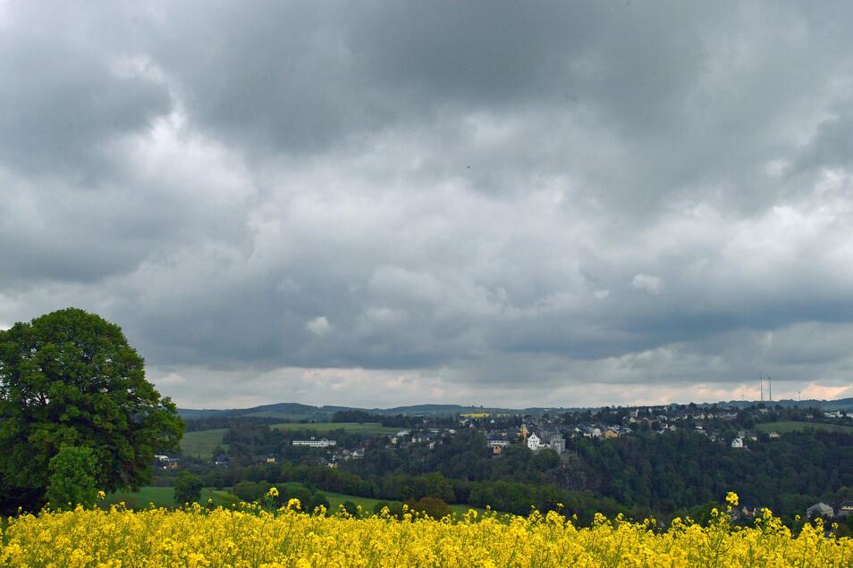 Dunkle Wolken ziehen über die Stadt Wolkenstein mit dem gleichnamigen Schloss.