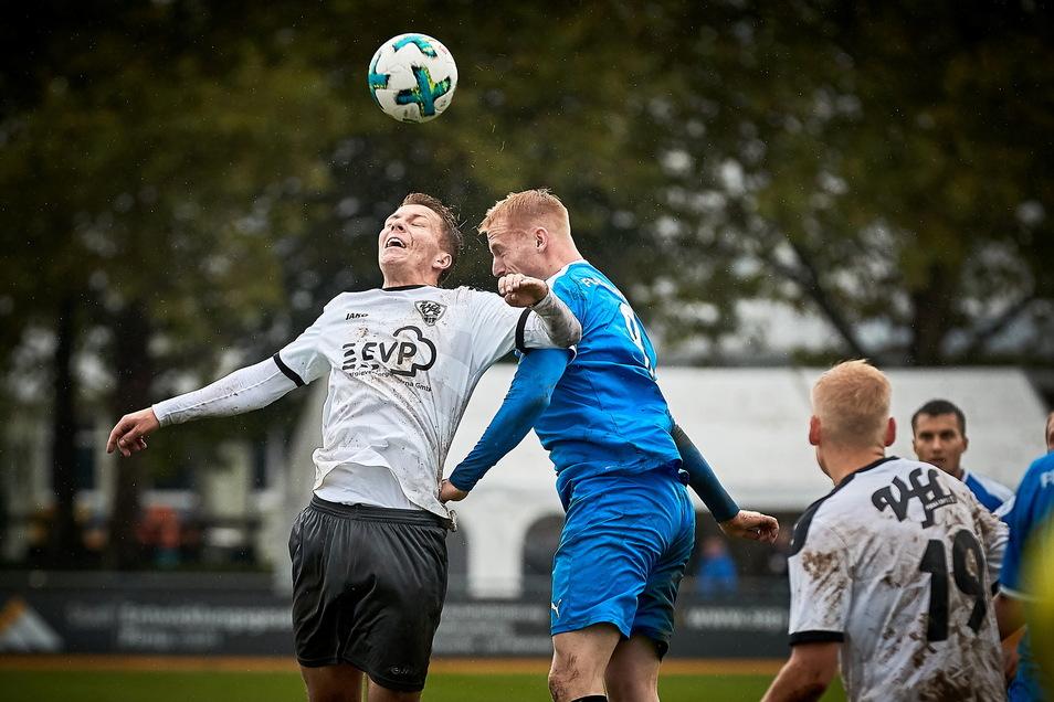 John-Benedikt Henschel (links) gilt als lauf- und kopfballstark. Für die kommende Landesliga-Saison kann der VfL Pirna fest mit ihm planen.