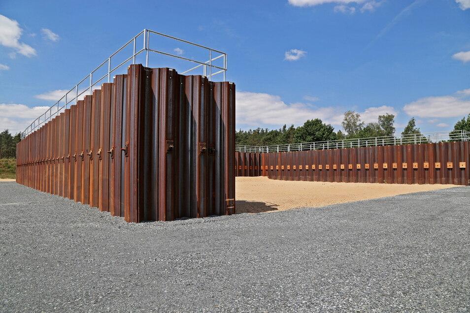 Etwa fünf Meter ragen die Stahl-Beton-Wände auf dem Sprengplatz heraus. Nur in einer Richtung ist die Sicht frei.