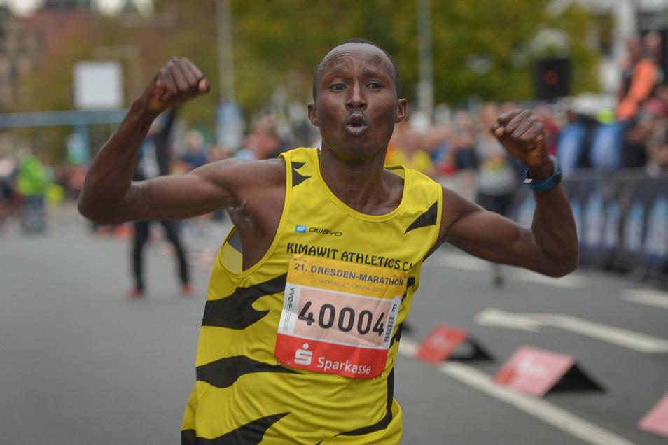 Ezekiel Koech aus Kenia gewinnt den Marathon und stellt einen neuen Streckenrekord auf. Dafür kassiert er insgesamt10.500 Euro Prämie. Zweiter wurde Vorjahressieger und Landsmann Edwin Kosgei in 2:11:26 Stunden. Foto: Cristian Juppe