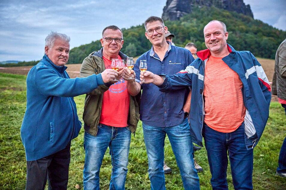 Sláinte! Jochen Bielang, Dan Dressel, Olaf Münzner und Ralf Rosenthal (v.l.) stoßen auf ihre Whiskybusfahrt an.