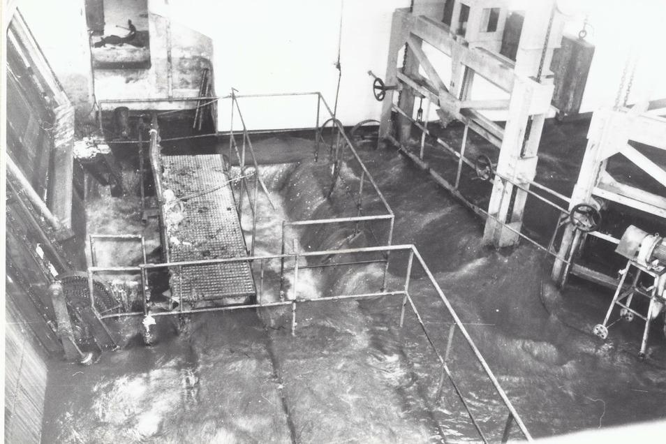 Am 2. Januar 1987 kommt es im Klärwerk Kaditz zur Katastrophe. Nach Starkregen und langem Stromausfall werden das Gebäude mit dem Feinrechen, hier im Bild, und die Hauptpumpstation überflutet.
