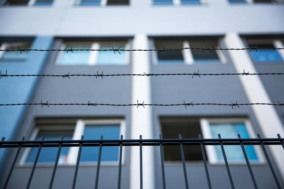 In dieser Unterkunft an der Hamburger Straße sind Hunderte Flüchtlinge untergebracht.