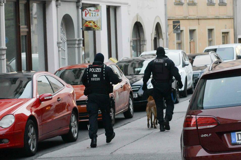 Polizeieinsatz auf der Zittauer Lindenstraße: Nach Hinweisen und Durchsuchungen hat es Anfang Oktober mehrere Festnahmen in der Drogenhändlerszene gegeben.