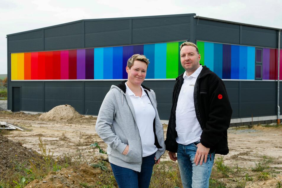 """Severine und Mario Linke vom """"Lackierladen"""" vor ihrem neu gebauten Firmensitz in Ebersbach. Im nächsten Frühjahr soll die Firma von Schönbach hierher umziehen."""