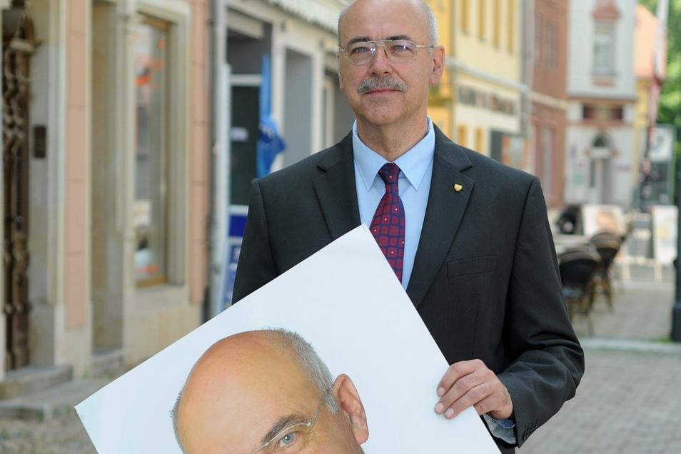 Lothar Schmidt mit einem seiner alten Wahlplakate, mit dem er noch für die Linke kandidierte. Nun ist er ausgetreten - und will gemeinsame Sache mit der CDU machen.
