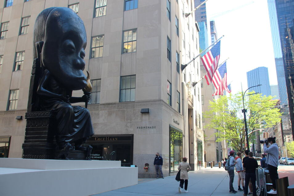 """Eine weitere Statue steht seit kurzem mitten in Manhattan: Der US-Künstler Sanford Biggers platzierte """"Oracle"""", eine fast acht Meter hohe Bronze-Figur, direkt vor dem Rockefeller Center."""