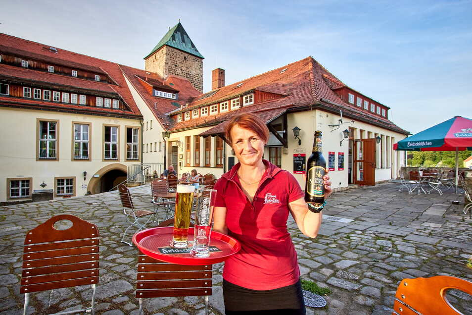 Lenka Bimonová lädt auf ein kühles Bier in den neuen Biergarten der Burg Hohnstein ein.