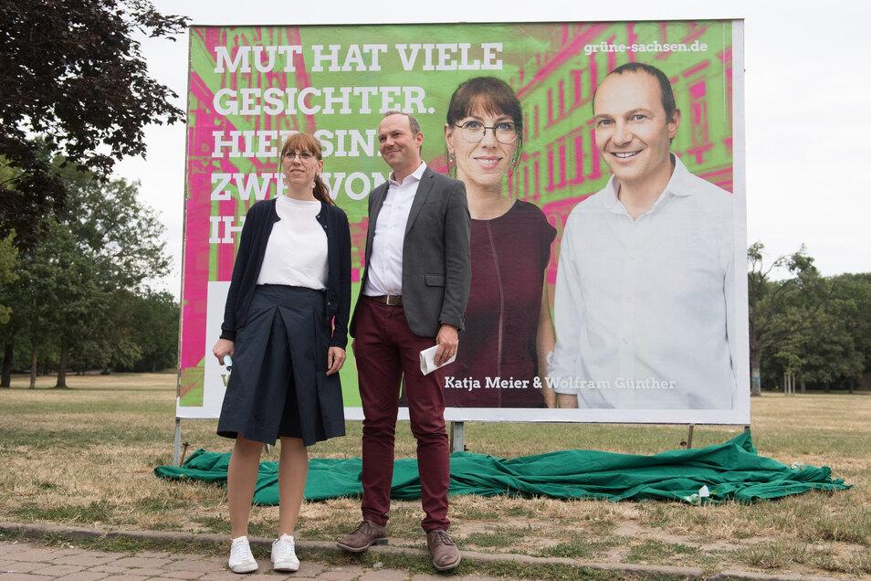 Katja Meier und Wolfram Günther, Spitzenkandidaten von Bündnis 90/Die Grünen für die Landtagswahl, präsentieren Anfang Juli im Dresdner Alaunpark ihr Wahlplakat.