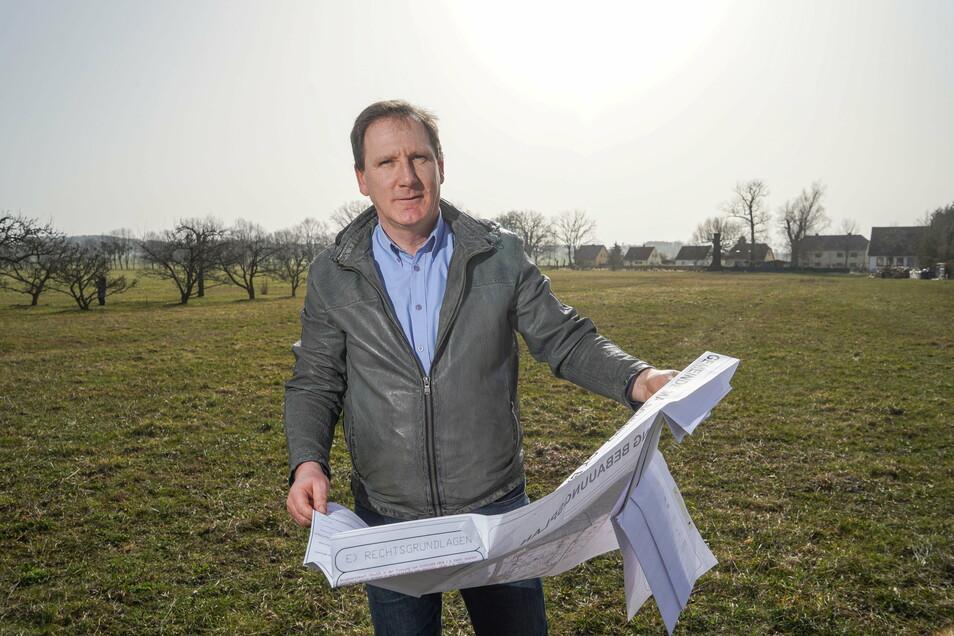 Die Idee, die freie Fläche in Baruth als Wohnbaustandort zu erschließen, ist fast 20 Jahre alt. Der Plan, den Malschwitz' Bürgermeister Matthias Seidel in der Hand hältetwa zehn. Jetzt ist es soweit: Im kommenden Jahr soll hier gebaut werden.