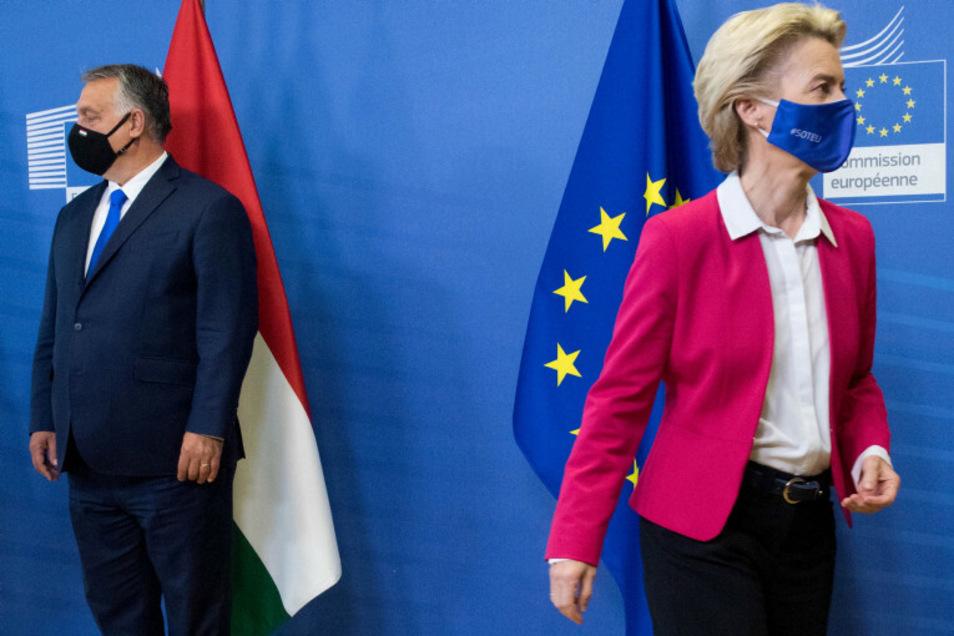 Der ungarische Ministerpräsident Viktor Orban (l) und EU-Kommissionspräsidentin ursula von der Leyen nehmen an einem Treffen der Visegrad Gruppe teil.