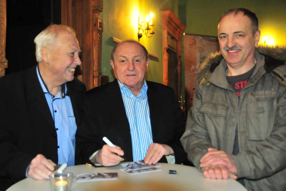 Fußballabend in Schönfeld am Donnerstag:  Ein gut gelaunter Moderator Gert Zimmermann begrüßte Ex-Dynamo Dieter Riedel, der viele Autogramme - hier für Enrico Uschner -  schreiben musste (v.l.).