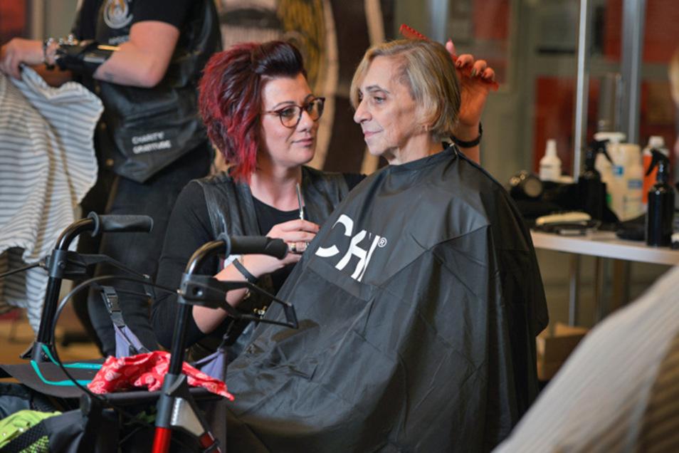 Bei Friseurin Nadine Richter sind die Haare von Bettina Rudolph in guten Händen.