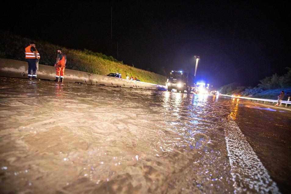 Unwetter sorgten im Südwesten für vollgelaufene Keller und überflutete Straßen. Auf der Autobahn 8 stand das Wasser bis zu einem Meter hoch. Dort rettete die Feuerwehr 27 Menschen.