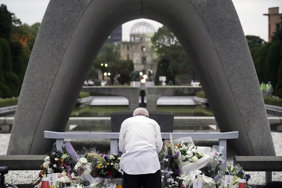 Ein Mann vor dem Kenotaph für die Opfer der Atombombe am 75. Jahrestag des Bombenabwurfs.